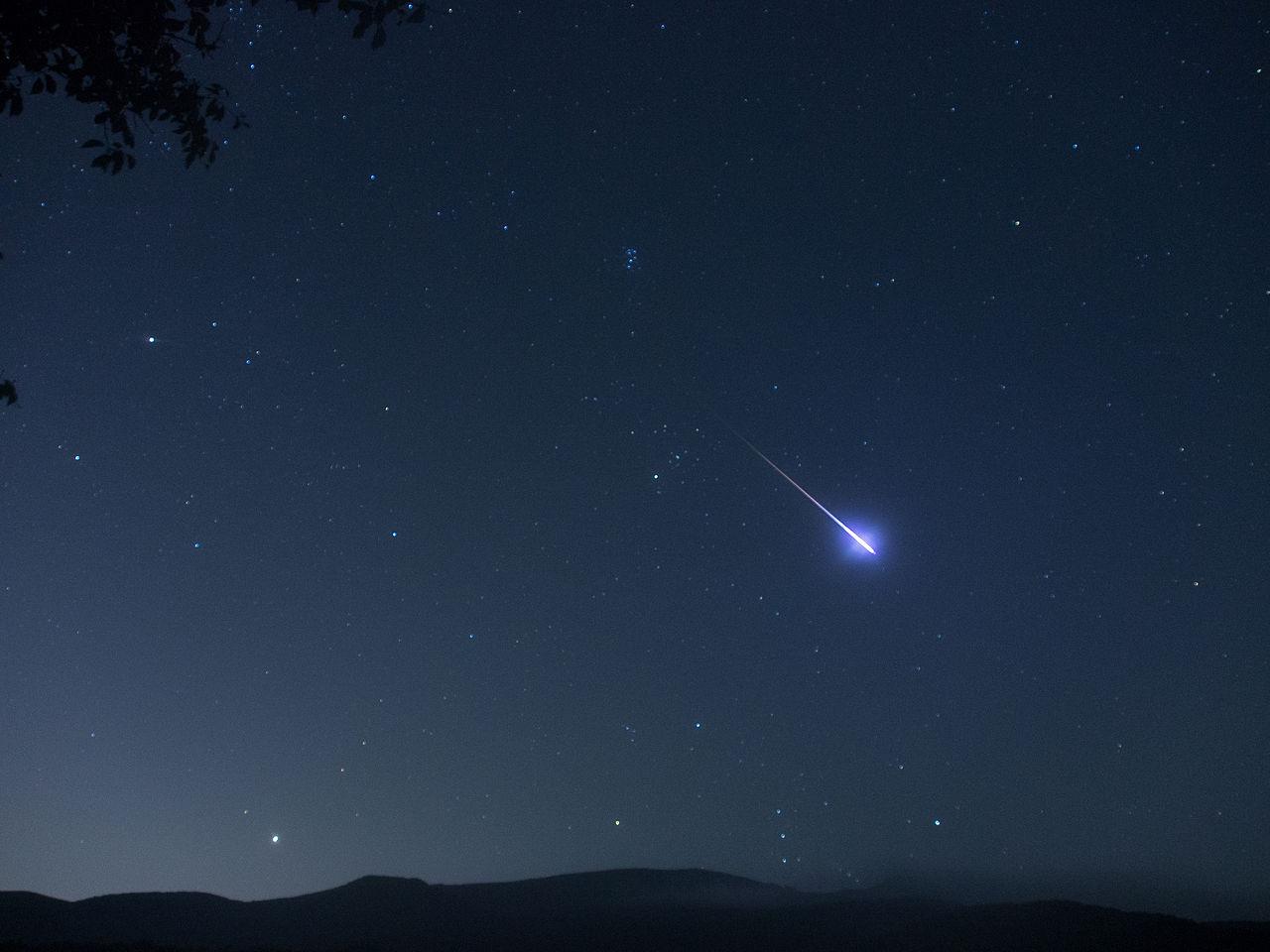 Una meteora , o comunemente stella cadente , catturata in uno scatto fotografico.