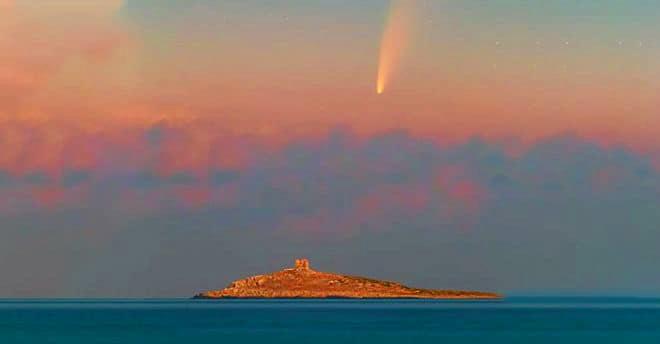 """La cometa """"Neowise """" sull' Isola delle Femmine (Pa) immortalata dal fotografo siciliano Dario Giannobile ."""